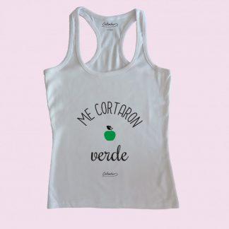 Camiseta de tirantes blanca Calambur 100% algodón estampada con mensaje humorístico (frase chistosa), expresión chilena y dibujo divertido me cortaron verde