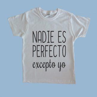 Polera blanca Calambur 100% algodón estampada con mensaje humorístico (frase chistosa) nadie es perfecto excepto yo