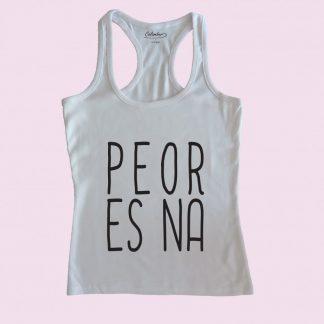 Camiseta de tirantes blanca Calambur 100% algodón estampada con mensaje humorístico (frase chistosa) y expresión chilena peor es na