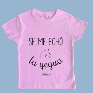 Polera rosa claro Calambur 100% algodón estampada con mensaje humorístico (frase chistosa), expresión chilena y dibujo divertido se me echó la yegua