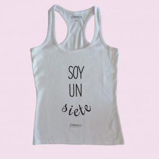 Camiseta de tirantes blanca Calambur 100% algodón estampada con mensaje humorístico (frase chistosa) y expresión chilena soy un siete