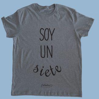 Polera gris Calambur 100% algodón estampada con mensaje humorístico (frase chistosa) y expresión chilena soy un siete